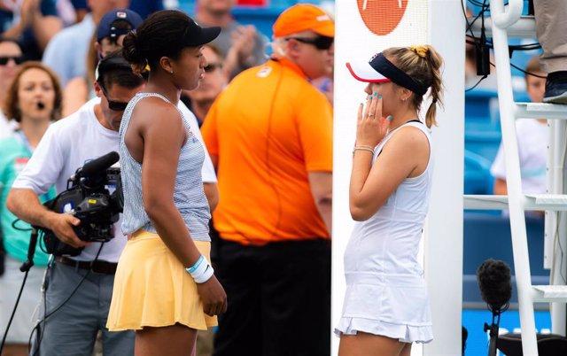Naomi Osaka habla con Sofia Kenin tras tener que retirarse en el torneo de Cincinnati
