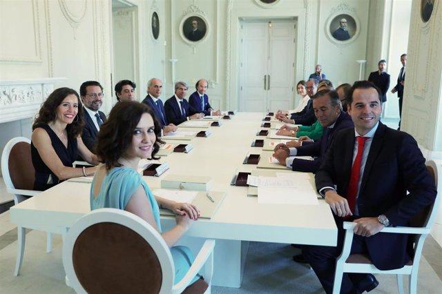 Imagen de archivo la presidenta de la Comuniadad de Madrid, Isabel Díaz Ayuso, junto al vicepresidente regional, Ignacio Aguado, y el resto de consejeros regionales.