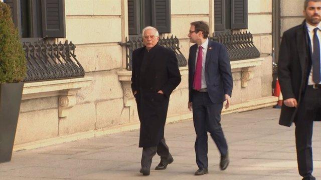 El ministre d'Afers Exteriors, Unió Europea i Cooperació, Josep Borell (1i), arribant a la Cambra Baixa del Congrés dels Diputats, amb motiu del debat de les esmenes a la totalitat del projecte de llei dels pressupostos generals de l'Estat.  Josep Borrell