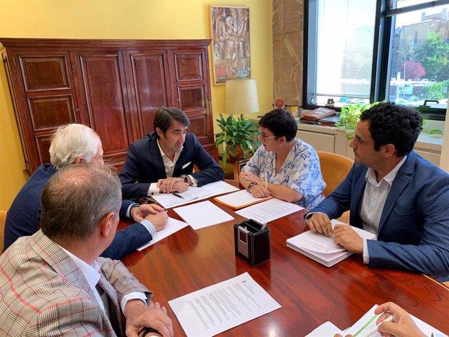 Reunión entre el consejero de Fomento, Juan Carlos Suárez-Quiñones, y la alcaldesa de San Andrés del Rabanedo, María del Camino Cabañas.