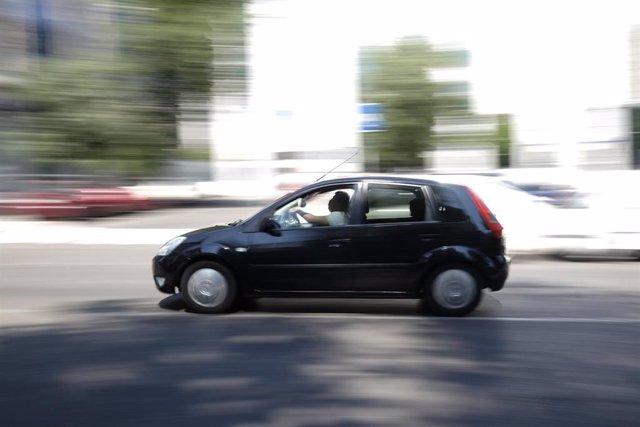 Un coche circulando.