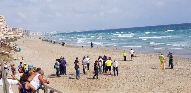 Imagen del fuselaje del avión del Ejército del Aire siniestrado en La Manga llegando a la costa, además de autoridades y curiosos