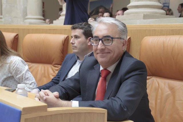 Los portavoces del PP en el Parlamento de La Rioja Diego Bengoa y  Jesús Ángel Garrido, durante la segunda sesión del pleno de investidura para la Presidencia de La Rioja.