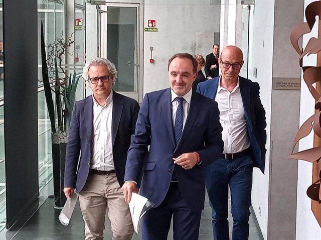 De izquierda a derecha, Carlos Pérez-Nievas, Javier Esparza y José Suárez, parlamentarios de Navarra Suma, en el Parlamento de Navarra.