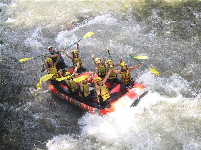 Colonias De Verano De La Aecc. Rafting.