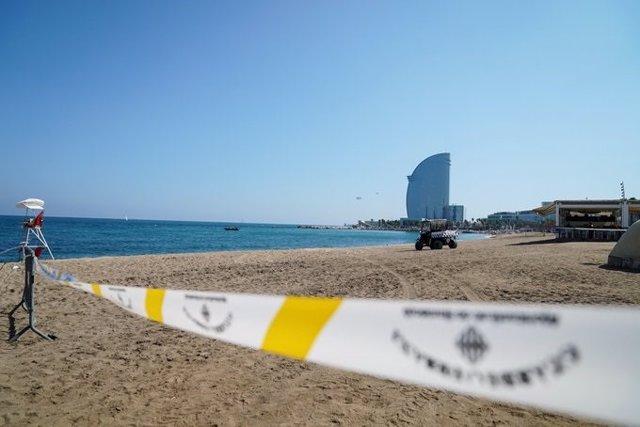 Perímetro de seguridad en la playa de Sant Sebastià de Barcelona
