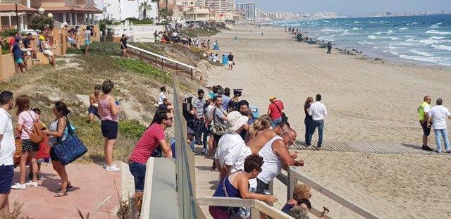 Vecinos y bañistas se acercan a la playa situada a la altura en la que se ha producido la caida del avión del Ejército del Aire, sobre el Mar Mediterráneo en La Manga del Mar Menor (Murcia).