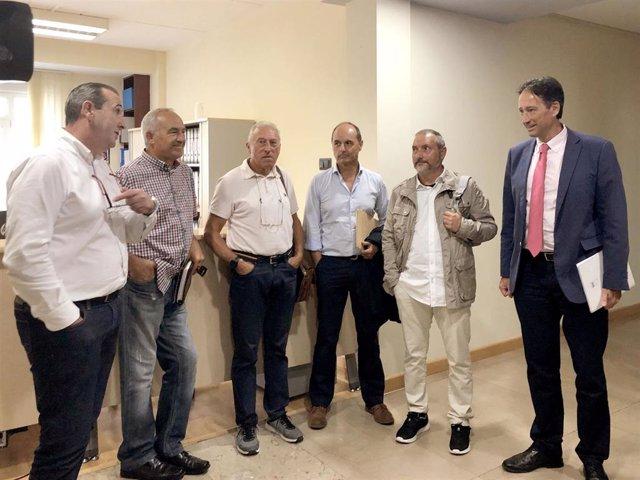 El consejero de Obras Públicas, Ordenación del Territorio y Urbanismo, José Luis Gochicoa, se reúne con representantes de AMA y con el equipo redactor del proyecto de las viviendas de Arnuero