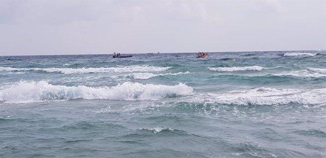 Imatge de mitjans d'Emergència cercant el pilot de l'avió sinistrat en La Màniga