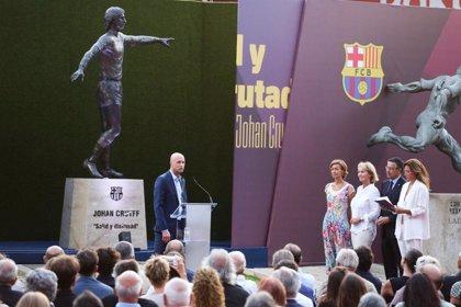 El Barcelona inaugura la estatua homenaje a Johan Cruyff