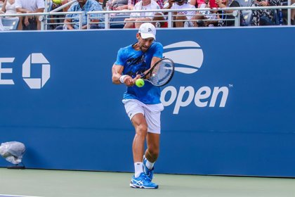 Djokovic cumple con solvencia en su estreno ante Carballés