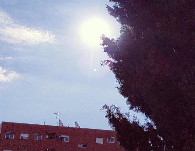 Cielo soleado, poco nuboso