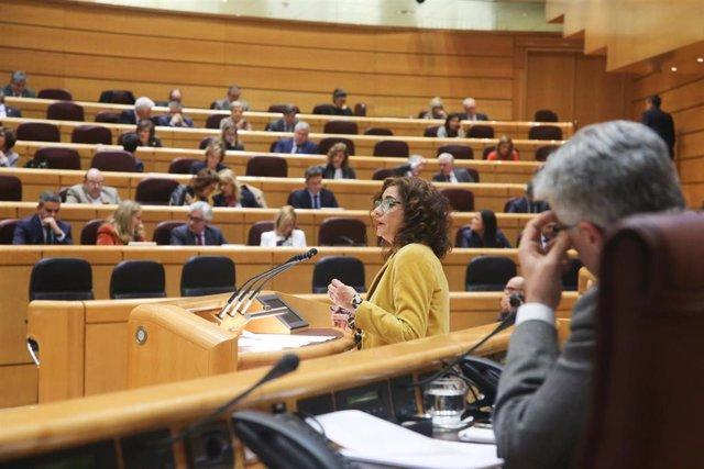 La ministra de Hacienda, María Jesús Montero, interviene desde la tribuna en una sesión plenaria en el Senado.