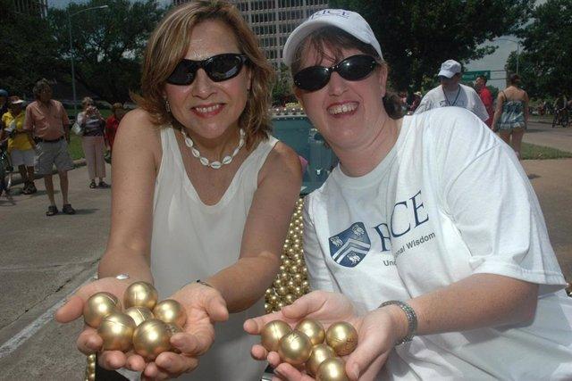Naomi Halas (izquierda) y Jennifer West en el Art Car Parade 2012 de Houston que honró a los investigadores de ingeniería por su invención de la Terapia AuroLase, un tratamiento contra el cáncer que utiliza nanopartículas de oro  para destruir el cáncer.