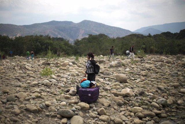 Una mujer venezolana en un cruce ilegal entre Venezuela y Colombia