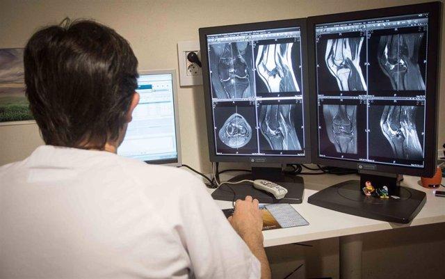 Examen de una prótesis rodilla