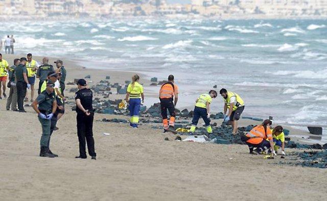 Restos del avión siniestrado en La Manga en la orilla