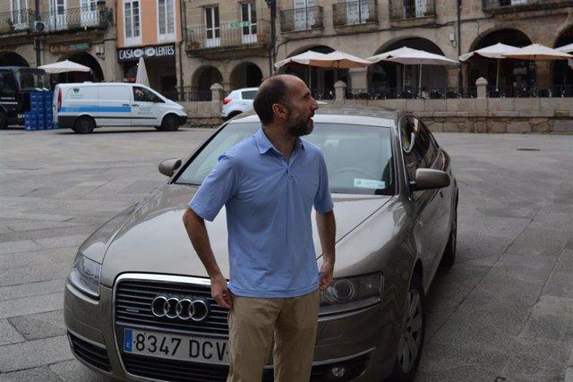 El alcalde de Ourense, Gonzalo Pérez Jácome, saca a subasta el coche oficial del Ayuntamiento por 3.000 euros.