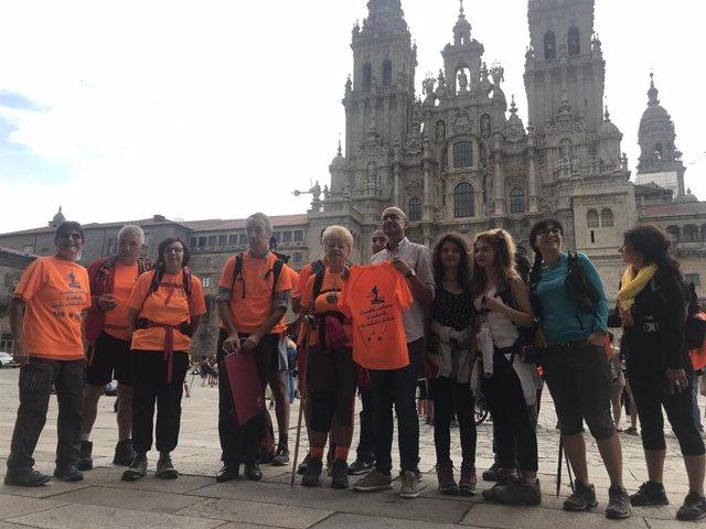 El concejal Gonzalo Muiños recibe a un grupo de peregrinos con discapacidad visual.