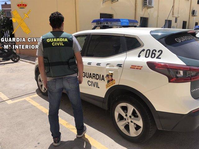 Agente y vehículo de la Guardia Civil, en una imagen de archivo