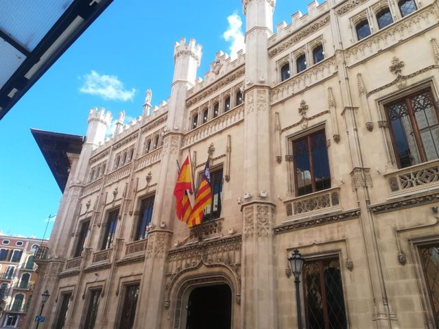 Façana del Consell de Mallorca, del carrer Palau Reial.