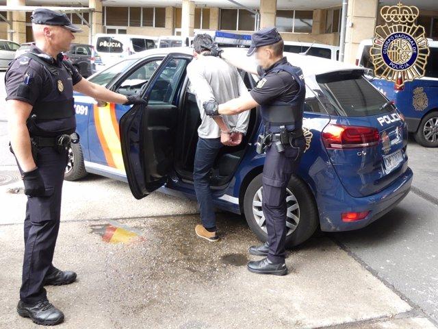 Los agentes trasladan al juzgado al agresor de una mujer en Salamanca.