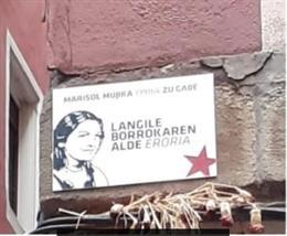 Imagen de la placa en recuerdo a la activista de ETA Marisol Mujika en el Casco Viejo de Bilbao