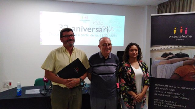 El presidente ejecutivo de Projecte Home Balears, Jesús Mullor,  el presidente de las tres fundaciones de phb, Bartomeu Català,  y la directora de programas para jóvenes, Gisela López.