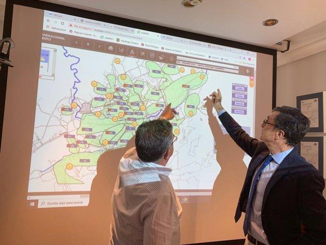 El alcalde (derecha) y el director general de Aguas de Murcia (izquierda), durante la reunión de la comisión de emergencia por el posible episodio de fuertes lluvias en el municipio de Murcia
