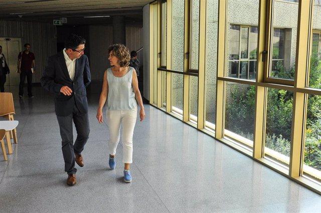 El director general del Basque Culinary Center (BCC), Joxe Mari Aizega y la ministra de Sanidad, Consumo y Bienestar Social en funciones, María Luisa Carcedo, durante la visita de Carcedo a las instalaciones del BCC en San Sebastían.