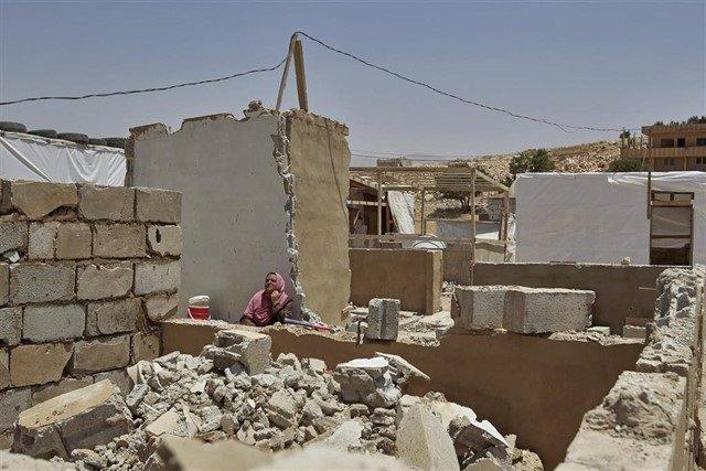 Una refugiada siria del campamento de Arsal en los escombros de su casa, demolida por las fuerzas libanesasMarwan