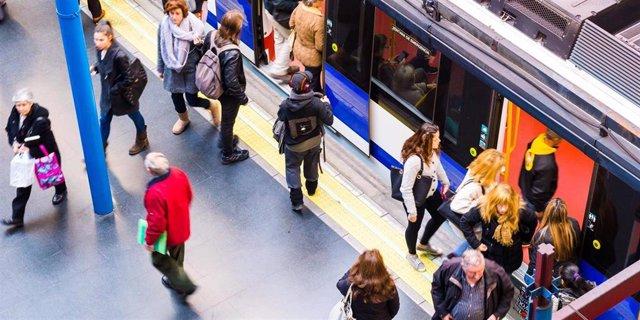 Imagen de recurso de viajeros en uno de los andenes de Metro de Madrid.