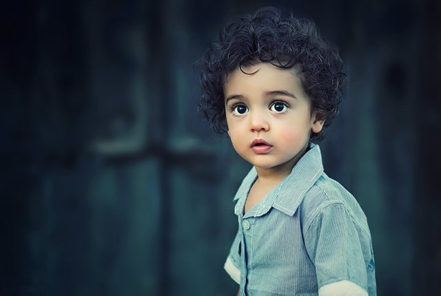 Niño mirando fijamente