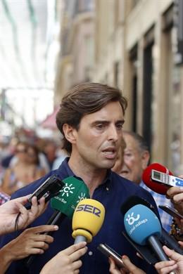 El vicesecretario de Comunicación del PP y diputado nacional, Pablo Montesinos, atiende a los medios de comunicación.