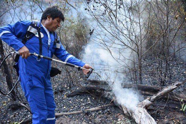 Presidente de Bolivia, Evo Morales, colaborando en la extinción del fuego en la Amazonia
