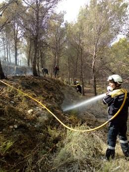 Efectivos de Bomberos trabajando en la extinción del fuego en Tafalla.
