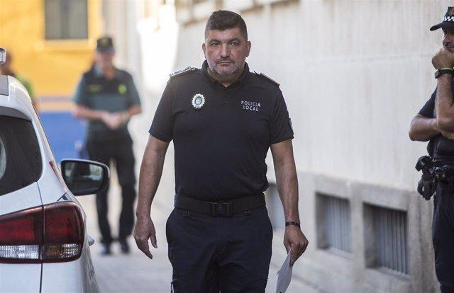 Juicio a los tres detenidos tras el apuñalamiento al policía local de Punta Umbría. El jefe de la policia local de Punta Umbría llega al juzgado.