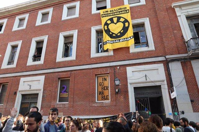 Un grupo de personas se concentra a las puertas del Centro Social Okupado, La Ingobernable, ubicado en la calle Gobernador, en la ciudad de Madrid.