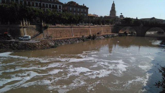 Espuma en el río Segura tras las intensas lluvias del martes