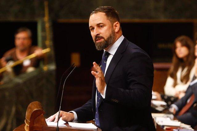 El presidente de Vox, Santiago Abascal, interviene desde la tribuna del Congreso de los Diputados en la primera sesión del debate de investidura a la Presidencia del Gobierno.