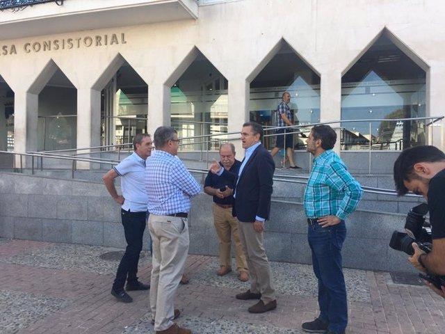 El secretario general del PSOE-M, José Manuel Franco, junto con el alcalde de Arganda del Rey. Guillermo Hita, visitan el municipio afectado por las lluvias del lunes