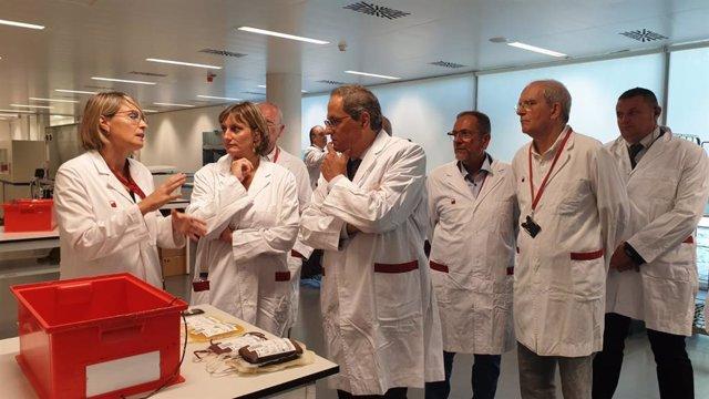 El presidente Quim Torra y la consellera Alba Vergés en una visita al Banc de Sant i Teixits