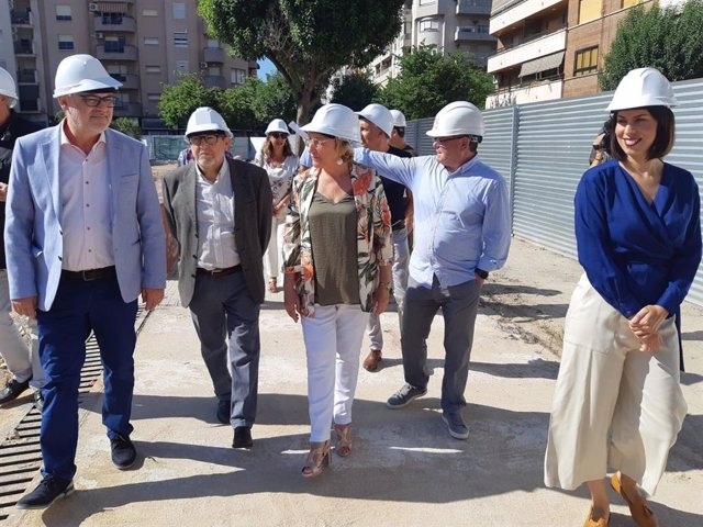 Ana Barceló visita las obras de demolición del antiguo hospital de Gandia