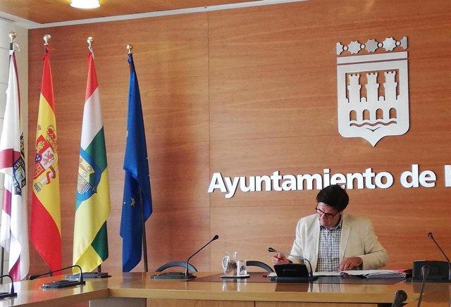 El portavoz del equipo de Gobierno del Ayuntamiento de Logroño, Kilian Cruz-Dunne, justo antes de iniciar la rueda de prensa para informar sobre los asuntos aprobados en Junta de Gobierno Local.