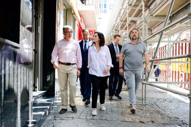 La presidenta de la Comunidad de Madrid, Isabel Díaz Ayuso, junto al alcalde de Arganda del Rey, Guillermo Hita, visita la localidad tras los daños causados por la fuerte tormenta del pasado lunes.