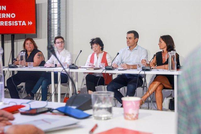 La ministra de Educación y Formación Profesional en funciones, Isabel Celaá, y el presidente del Gobierno en funciones, Pedro Sánchez, en la reunión con representantes educativos el pasado 6 de agosto.