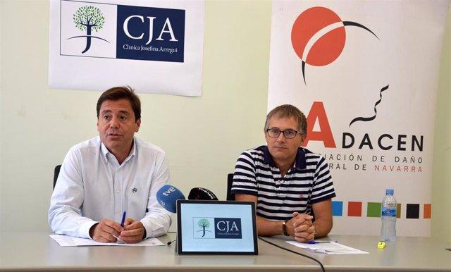 El gerente de Adacen, Francisco Fernández Nistal (derecha), y el gerente de la Clínica Josefina Arregui, Ángel M. Gardachal Ausejo, firman un acuerdo de colaboración.
