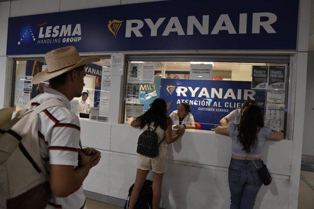 Pasajeros en el mostrador de Ryanair en el Aeropuerto de Madrid-Barajas. Archivo