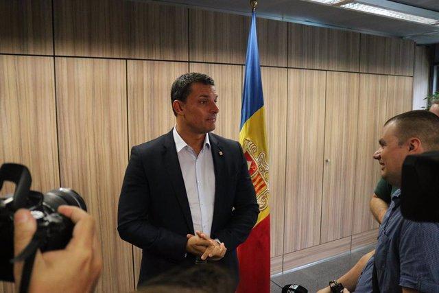 El ministre Jordi Gallardo en una atenció als mitjans