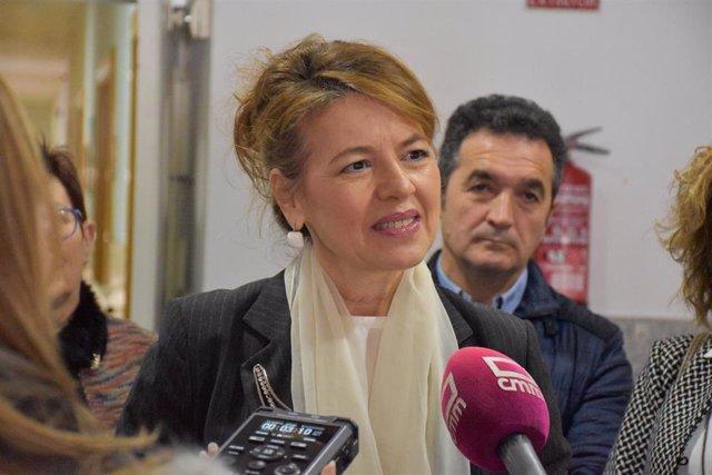 La consejera de Bienestar Social, Aurelia Sánchez, atiende a los medios